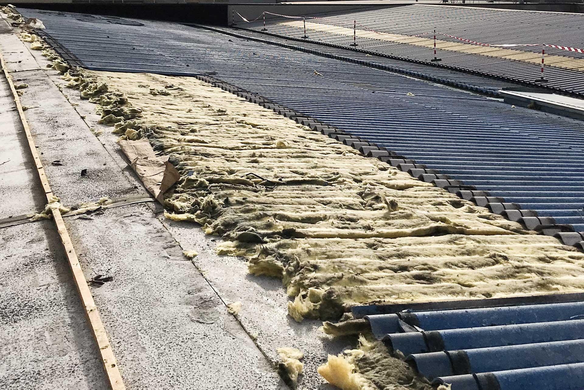 amianto compatto lavorazioni su un tetto industriale